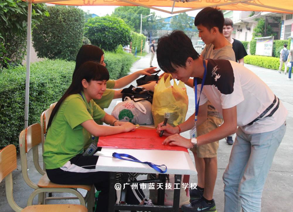 月06至08日青年志愿者协会举行捐赠衣物,传递爱心活动